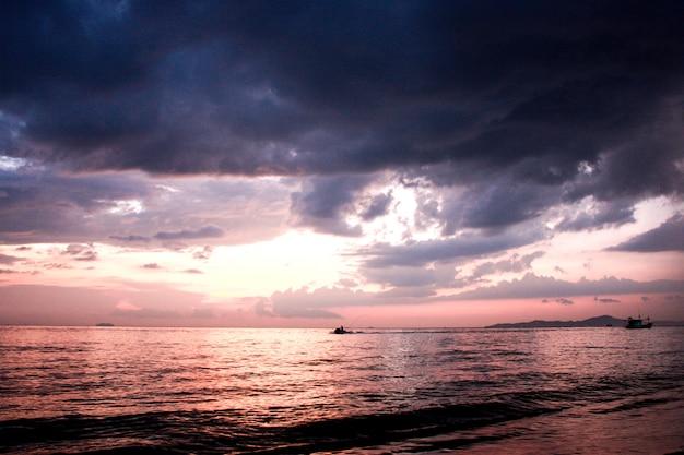 Été tropical avec mer, coucher de soleil ciel violet foncé