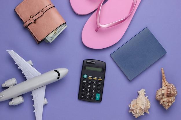 Été. voyageur, accessoires de plage, avion jouet, calculatrice sur violet.