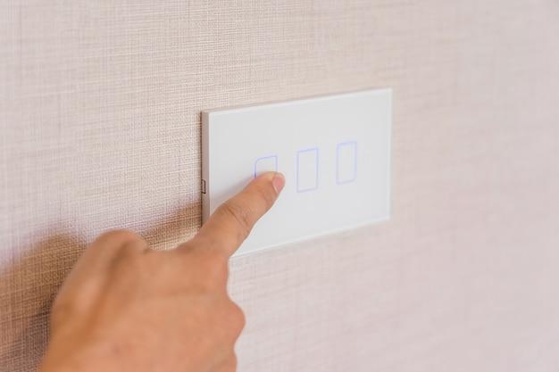 Éteignez la lumière, fermez la main féminine ferme l'interrupteur d'alimentation.
