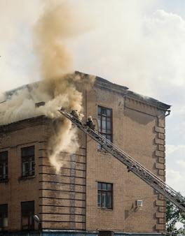 Éteindre un feu dans un vieil immeuble de trois étages