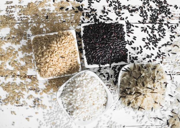 Étendre du riz brun noir blanc et sauvage