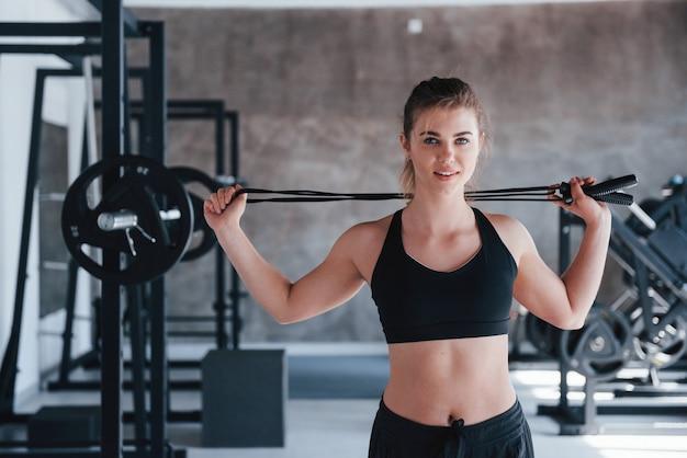 Êtes-vous prêt à vous mettre en forme. magnifique femme blonde dans la salle de gym pendant son week-end.