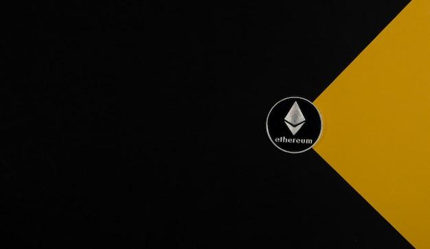 Ethereum ou pièce d'argent eth sur bannière noire et jaune avec espace de copie pour le texte et la crypte du faisceau lumineux...