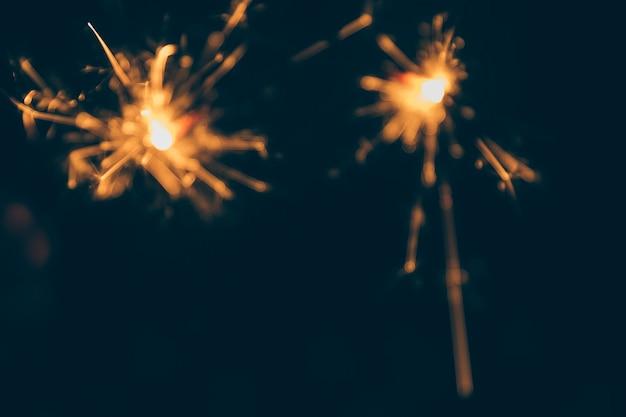 Étincelles de feu sur fond noir