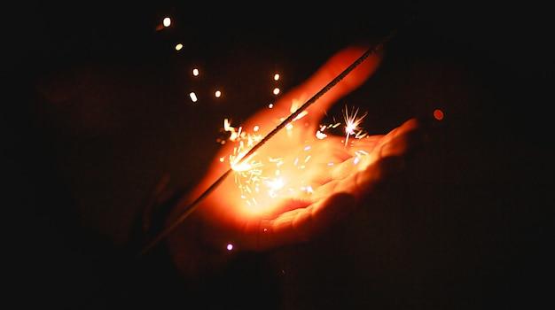 Les étincelles et la lumière des cierges magiques