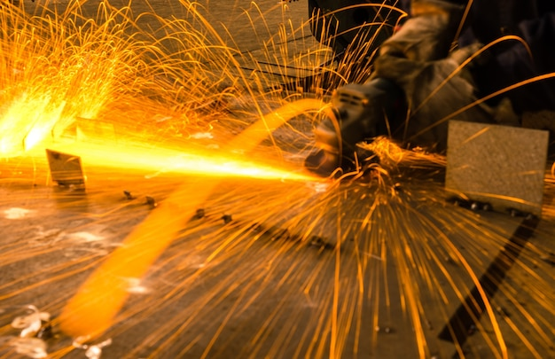 Étincelles pendant le broyage du fer