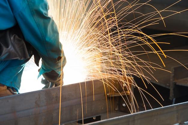 Des étincelles provenant du découpage de l'acier produit