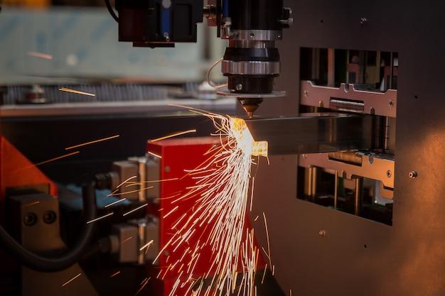Les étincelles volent du laser par cnc de découpe automatique