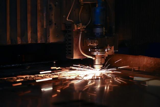 Les étincelles volent en tête de la machine pour le traitement du métal