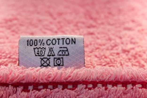 Étiquette 100% coton sur serviette rose