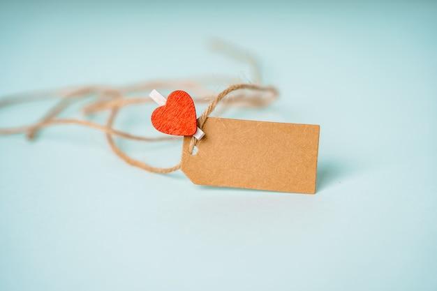 Étiquette d'artisanat avec une place pour le texte et une pince à linge en forme de cœur sur fond bleu