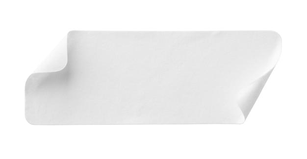 Étiquette d'autocollant de papier blanc vierge isolé sur fond blanc