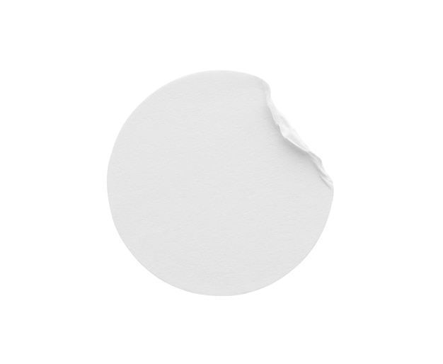 Étiquette d'autocollant de papier rond blanc blanc isolé sur fond blanc avec un tracé de détourage