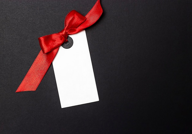Étiquette blanche avec un arc sur un fond noir libre