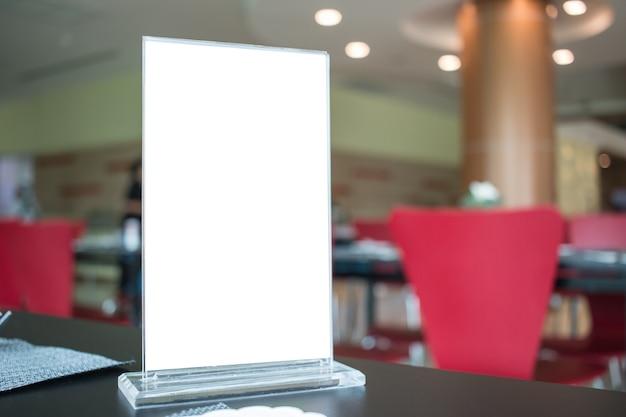 Étiquette blanche pour cadre de menu vide dans bar restaurant café