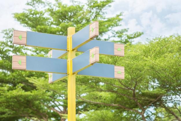 Etiquette en bois, étiquette permettant aux gens de connaître le chemin dans le parc public