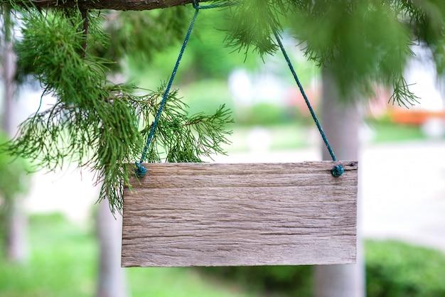 Étiquette en bois sur fond de nature