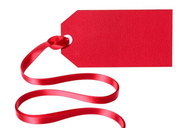 Étiquette-cadeau rouge ou étiquette avec ruban isolé sur fond blanc