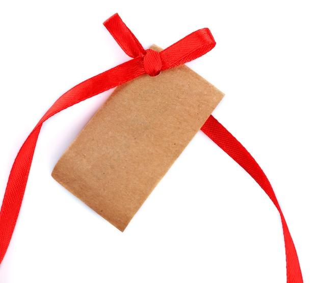 Étiquette-cadeau vierge avec archet isolé sur blanc