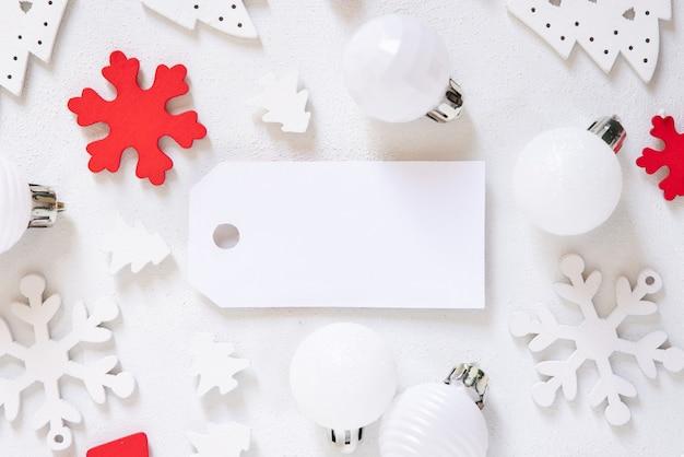 Étiquette-cadeau vierge avec des décorations de noël autour de la vue de dessus, maquette