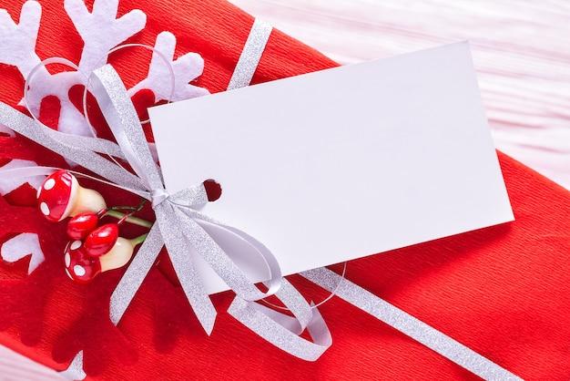 Étiquette en carton blanc lavel sur boîte-cadeau de noël