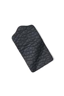 Étiquette en cuir noir isolé sur fond blanc. produits en cuir véritable.