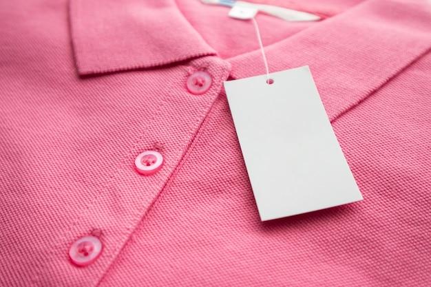 Étiquette d'étiquette de vêtements blancs en blanc sur une nouvelle chemise
