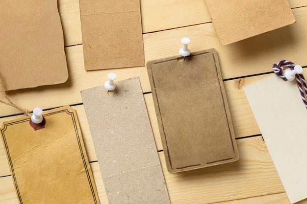 Étiquette sur fond en bois
