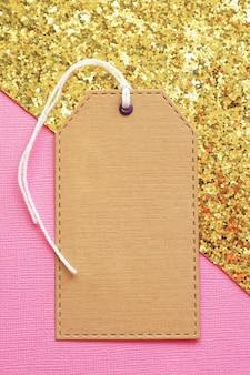 Étiquette de maquette en papier kraft sur or rose.