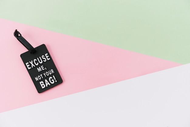 Étiquette de message noir sur fond coloré