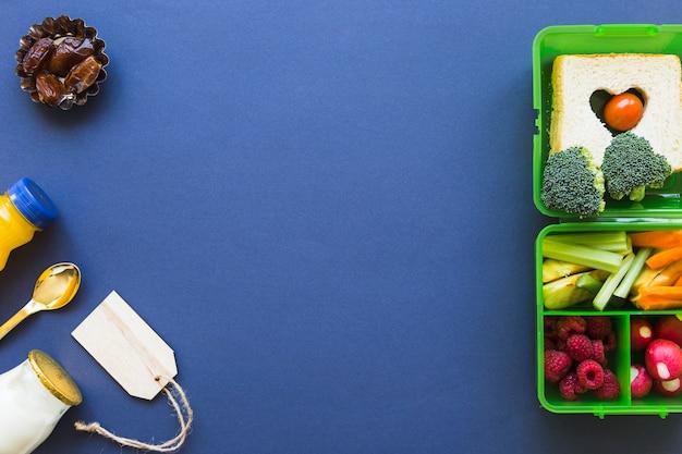 Étiquette et nourriture près de la boîte à lunch
