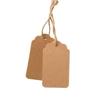 Étiquette de papier brun rectangulaire brun blanc sur une corde isolée sur fond blanc, modèle de prix, remise