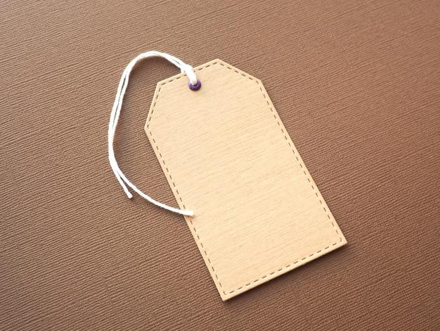 Étiquette en papier kraft sur papier texturé marron