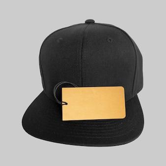 Étiquette de prix sur la casquette snapback noire