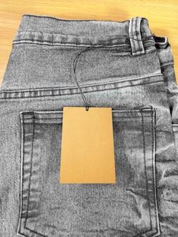 Étiquette de prix sur la poche arrière du jean gris noir