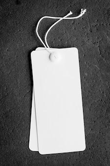 Étiquette de prix vide avec espace copie isolé sur fond noir