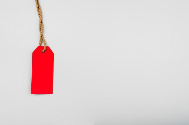 Étiquette rouge sur un fond uni avec espace de copie