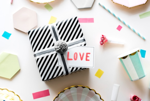 Étiquette de saint valentin sur un cadeau