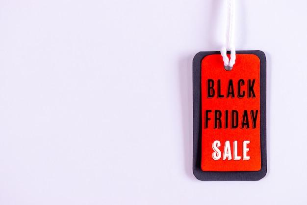 Étiquette de vente noire vendredi ou tag sur blanc.