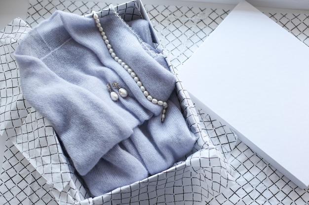 Étiquette de vêtements blancs, modèle de maquette vierge d'étiquette avec le ruban