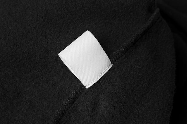 Étiquette de vêtements sur tissu noir
