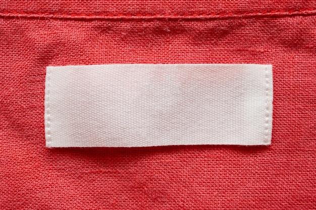 Étiquette de vêtements vierges sur fond de texture de tissu chemise en lin