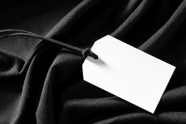 Étiquette vide blanche sur tissu noir