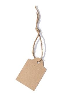 Étiquette vierge attachée avec une ficelle marron.