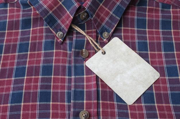 Étiquette vierge sur le textile de la chemise