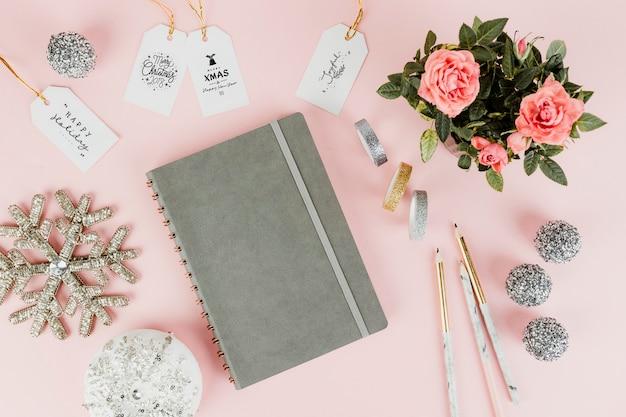Etiquettes cadeaux féminines de noël et un cahier