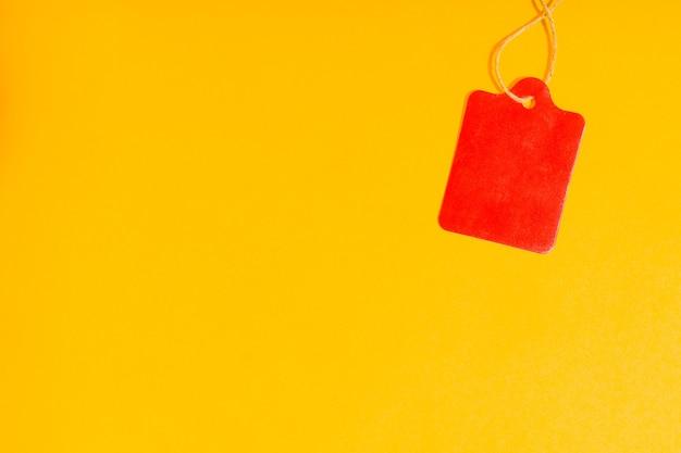 Étiquettes cadeaux, isolées sur jaune.