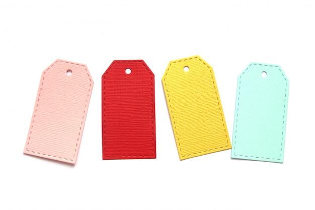 Étiquettes en papier multicolores isolés sur fond blanc.