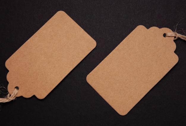Étiquettes de prix rectangulaires sur fond noir