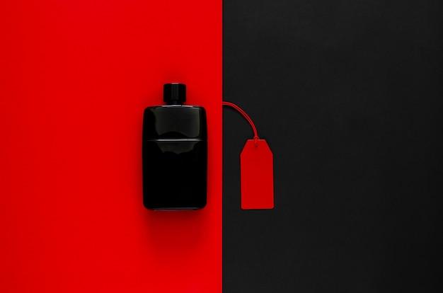 Étiquettes de prix rouges avec des marchandises à prix réduit sur rouge et noir.
